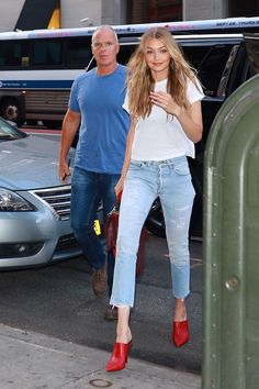 Gigi Hadid Casual Outfits Every girl can wear. - Casual gigi hadid outfits that will help you ace your everyday style game. Gigi Hadid Casual, Looks Gigi Hadid, Bella Gigi Hadid, Gigi Hadid Outfits, Bella Hadid Style, Kaya Gerber, Gigi Hadid Pictures, Estilo Gigi Hadid, Kendall