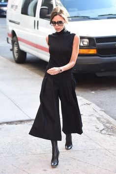 Victoria Beckham impregnates the streets of New York with style, record her looks for your Christmas dinners - Victoria Beckham - Office Outfits Women, Mode Outfits, Casual Outfits, Fashion Outfits, Pink Outfits, Skirt Outfits, Fashion Mode, Office Fashion, Fashion 2020