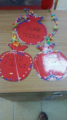רימונים Preschool Art Projects, Arts And Crafts Projects, Fall Crafts, Holiday Crafts, Yom Kippur Activities, Rosh Hashanah Cards, Art For Kids, Crafts For Kids, Simchat Torah