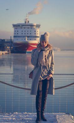 Ouin klassinen villakangastakki Muotikuiskaajan päällä -hurmaavan harmaassa sävyssä tietenkin. ♥︎  http://www.elle.fi/muotikuiskaaja/pukeudu/vaikeita-paatoksia/