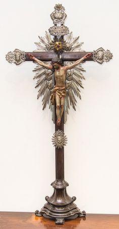 Imagem de Cristo Crucificado, Nosso Senhor do Bonfim, madeira policromada, resplendores e dísticos em prata. Bahia, século XIX. Alt. 98cm. Não vendido. 5.000,00.