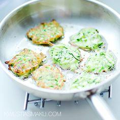 Rozgrzać patelnię z 1 łyżką oliwy z oliwek. Nakładać po łyżce masy i smażyć placuszki z jednej strony na średnio małym ogniu, przez około 2 - 3 minuty. Gdy będą ładnie zrumienione, przewrócić je na drugą stronę i smażyć jeszcze przez około 1 - 2 minuty. Smażyć kolejną partię podobnie jak powyżej. Podawać z sosem pomidorowym lub tzatzikami. Jako samodzielna przekąska lub dodatek do dań głównych.