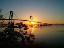 Corrientes es la capital de la provincia de Corrientes, Argentina , situado en la orilla oriental del río Paraná , a unos 1.000 km de Buenos Aires ya 300 km de Posadas, en la Ruta Nacional 12 .