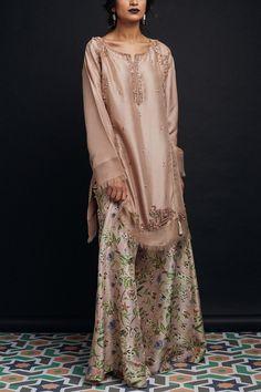 Zara Shahjahan Chambeli D Luxury Pret 2017 Whatsapp: 00923452355358 Website: www. Pakistani Wedding Outfits, Pakistani Dresses, Indian Dresses, Indian Outfits, Pakistani Couture, Pakistani Dress Design, Desi Wear, Maxi Robes, Pakistan Fashion