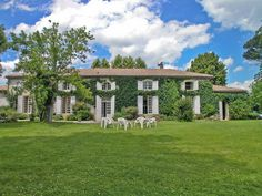 This 18th century mansion house is set south of Bordeaux, ten minutes drive from the charming town of La Réole.