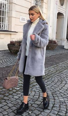 Flamingo Sneakers Party Clothes Tennis - Now Outfits Grey Faux Fur Coat, White Fur Coat, Fur Coat Outfit, Winter Outfits, Skinny, Black Skinnies, Trendy Outfits, Chic Outfits, Coats For Women
