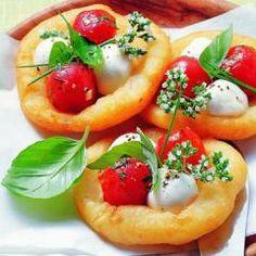 Mini-Pizzen mit Mozzarella aus Kartoffelteig und 87.000 weitere Rezepte entdecken auf DasKochrezept.de Stück Pizza, Mini Pizza, Mozzarella, Snacks, Pizza Recipes, Caprese Salad, Bruschetta, Finger Foods, Brunch