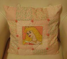 Ponto cruz: almofada Bela Adormecida-princesa Aurora- em patchwork e bordado em miçangas e vidrilhos-3
