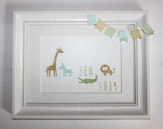 Hier seht ihr einen liebevoll gestalteten Bilderrahmen mit der Maße 17cm x 22,5cm.  Das perfekte Geschenk zur Geburt, individuell und einzigartig.  Natürlich ist dies nur ein Muster, die Namen, Geburtsdaten, Farben (Honiggelb, Kirschblüte-rosa, Calypso, Jade, Farngrün und Wildleder braun), und Applikationen können Sie frei wählen.