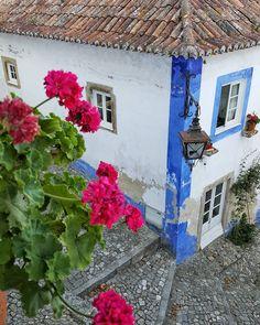 Para terminar otro día maravilloso llegamos a Óbidos un pueblo medieval amurallado que no puede ser más lindo. Mejor ni saber la cantidad de fotos que sacamos  pero es que cada rincón es . No por nada dicen que es de los más lindos de Portugal país que cada día nos enamora más y más  . . . #almaviajera #VPeuropa2017 #VPontheroad #VPenPortugal #travelportugal #igersobidos #obidos  #instabeauty #flowerpower #medievaltowns #lovetravel #travelblogger #portugal #summertime