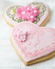 Heart cookies covered in fondant. Fancy Cookies, Heart Cookies, Iced Cookies, Cute Cookies, Cupcake Cookies, Sugar Cookies, Pink Cookies, Cookie Favors, Flower Cookies