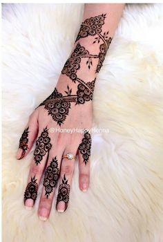 Image in Henna ❤❤ collection by Princess on We Heart It Finger Henna Designs, Mehndi Designs 2018, Mehndi Designs For Beginners, Modern Mehndi Designs, Mehndi Design Pictures, Mehndi Designs For Fingers, Dulhan Mehndi Designs, Beautiful Mehndi Design, Mehndi Designs For Hands