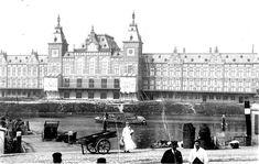 Amsterdam 1889 Centraal Station, gezien vanaf Prins Hendrikkade , voorheen Oude Teertuinen, voorgrond is Open Haven front