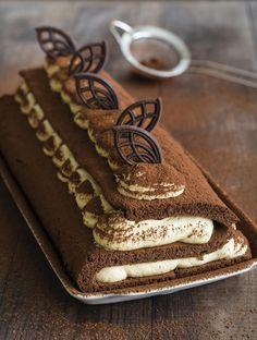 """Rolada z pozoru wydaje się ciastem trudnym, jednak wcale takim nie jest. Dziś moja rolada tiramisu przybrała nieco inną, mniej spotykaną, ale jakże efektowną formę w kształcie litery """"S"""". Zapraszam po przepis! Banana Pudding Desserts, Pudding Cake, Cookie Desserts, No Bake Desserts, Delicious Desserts, Baking Recipes, Cake Recipes, Dessert Recipes, Kolaci I Torte"""