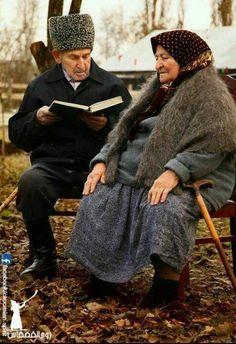 ✿ڿڰۣ The Read Aloud -- You are never too young or too old to to read to someone. I love being read to. And reading with my grand kids. Vieux Couples, Old Couples, I Love Books, Good Books, Books To Read, Read To Someone, Growing Old Together, Foto Real, Old Love