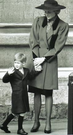 March 1989 ~ Diana, Princess of Wales and Prince Harry attend Easter service at St.George's Chapel at Windsor Castle, Windsor, England. Lady Diana Spencer, Diana Son, Princess Diana Family, Princes Diana, Princess Of Wales, Real Princess, Prince William And Harry, Prince Harry And Meghan, Prince Charles