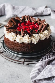 Black Forest Cheesecake Be still my cherry chocolate loving heart! This Black Forest Cheesecake is a decadently creamy, dark chocolate cheesecake topped with cherry pie filling, sweetened whipped cream, and chocolate curls. Black Forest Cheesecake, Black Forest Cake, Black Forrest Trifle, Cherry And Chocolate Cheesecake, Homemade Chocolate, Chocolate Curls, Cheesecake Recipes, Dessert Recipes, Cheesecake Toppings