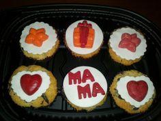Cupcakes de fresa y trozos de chocolate, decorados con fondant y formas y letras de chocolate!