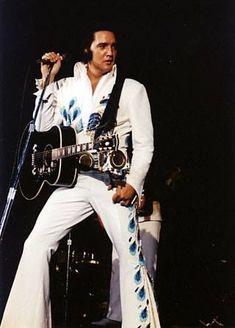 Elvis - 1974 This is the jumpsuit he wore when I saw him! Elvis Presley Concerts, Elvis In Concert, Elvis Presley Photos, Lisa Marie Presley, Priscilla Presley, Elvis Collectors, Belle Photo, Rey, Rock N Roll