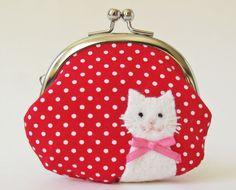 赤の水玉の生地に、白い猫のアップリケをしました。サイズ: 幅9.5cm x 高さ9cm(最大) 口金は幅8cm x 高さ5cm *クレジットカードは入りません...|ハンドメイド、手作り、手仕事品の通販・販売・購入ならCreema。