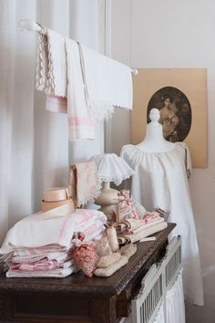 Cottage Farmhouse, Shabby Cottage, Beautiful Interiors, Beautiful Homes, An American In Paris, Victoria Magazine, French Lifestyle, House Inside, Linens And Lace