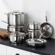Induction cooktops and burners require certain types of metal pots and pans. Learn how to shop for cookware that will work with your stove. Cast Iron Cookware, Cookware Set, Pots And Pans Sets, Pan Set, Fun Cooking, Cooking School, Vegetarian Cooking, Cooking Tools, Cooking Classes