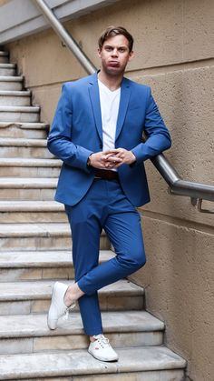 Mixing Formal and Casual by wearing a white tee and sneakers with a blue suit. Blue Suit Men, Suit Up, White Tees, Mens Suits, Zara, Menswear, Mood, Mens Fashion, Formal