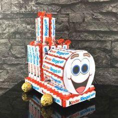 In this Kinderriegel cake all chocolate lovers get bright eyes! B … - DIY Gifts Chocolate Navidad, Chocolate Gifts, Chocolate Lovers, Cake Chocolate, Diy Bouquet, Candy Bouquet, Chocolate Bouquet Diy, Diy Cadeau Noel, Diy And Crafts