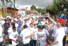 El gobernador Javier Duarte de Ochoa saludando a los adultos mayores que participaron en la VI Caminata de Adultos Mayores, organizada por el DIF Estatal en la ciudad de Xalapa
