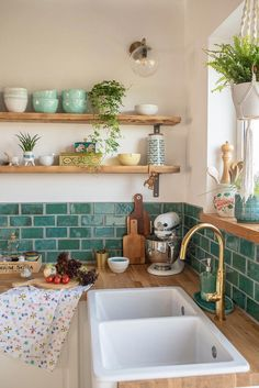 Nach der Renovierung – Bilder aus der neuen Küche – Leelah Loves Decorative ideas for the kitchen in a boho vintage look with self-made tiles, DIY shelves, self-made sliding door in an industrial look and base units from Ikea // leelahloves. Vintage Regal, Boho Vintage, Ikea Vintage, Vintage Home Décor, Vintage Industrial, Industrial Style, Vintage Homes, Vintage Green, Diy Regal