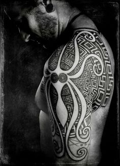 Really do love the background 'maze' pattern that grows in size further from the centre. Really cool base for a tattoo.
