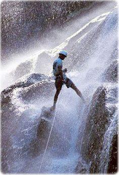 Prática de rapel em cachoeira de Ilhabela, Litoral Norte de São Paulo www.hulumaya.com.ar