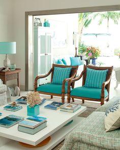 Não bastasse a beleza da praia, os proprietários desta casa de 600 m² no litoral paulista têm como opção de lazer a cobertura com solário, hidromassagem, lareira e jardim. Projeto de Selma Tammaro.