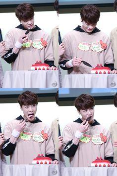 Moonbin tasting the cake ^^