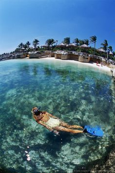 Snorkelen in heel helder water. Xcaret Beach, Mexico