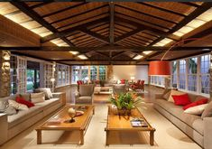 The project to refurbish this traditional hotel in the historic center of Paraty motivated us to create cozy spaces, using just a few materials. Tropical Architecture, Architecture Design, Filipino House, Home Interior Design, Interior Decorating, Woodland House, Hotel Lobby, Tropical Houses, Tropical Decor