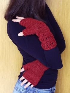 Guanti Senza Dita con Ferri Diritti | Alluncinetto.it Knitted Gloves, Fingerless Gloves, Capelet, Arm Warmers, Shawl, Chevron, Knit Crochet, Sewing, Knitting