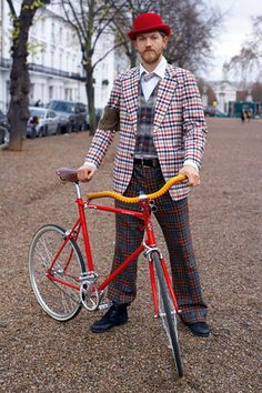"""stylish rider from London. This guy doesn't need hi-viz. He will stand out from the background anywhere. Most dapper"""" MAKETRAX.net - Bicycle STYLE RIDERS"""