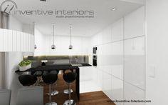 Projekt kuchni Inventive Interiors - biała kuchnia z czarnym blatem i lustrem na barku