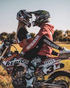 motorrad Face to Face Photos Couple Moto, Motorcycle Couple Pictures, Biker Couple, Cute Couples Photos, Cute Couple Pictures, Cute Couples Goals, Couple Goals, Couple Motocross, Dirt Bike Couple