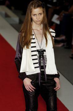 http://www.livingly.com/runway/Chanel/Paris Fashion Week Spring 2005/BbEvXlkKjYC