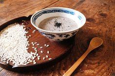 �😋On ne sait pas pour vous mais on trouve qu'il fait encore un peu frisquet pour un mois de mai...du coup on se refait une petite recette réconfortante, facile, qui peut s'adapter selon ce que vous avez dans le frigo...pour nous c'état sésame noir!!!  #Recette #Recipe #Cuisine #Chine #chinois #chinese #Gastronomy #Gastronomie #Food #foodporn #porridge #gruau #riz #rice #sesame #dessert #sweet Sesame, Tableware, Rice Porridge, Rice Soup, Delicious Desserts, Sweet Recipes, Food Recipes, Fast Recipes, Dinnerware