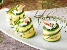 Low Carb Rezepte: Zucchini-Röllchen mit Frischkäse und Lachs