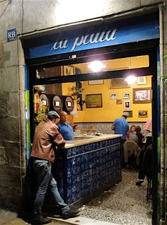 excellent traditional tapas This looks like a nice way to wake up or sit and talk all day☺ Barcelona Bars, Barcelona Catalonia, Barcelona Travel, Tapas Bar, Cafe Restaurant, Restaurant Design, Gaudi, Jar Bar, Spain Destinations