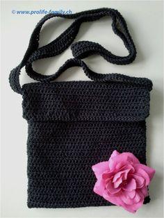 """schwarze Häkeltasche mit pinkfarbener Stoffblume - Zu finden auf www.prolife-family.ch in """"Shop für Afrika""""."""