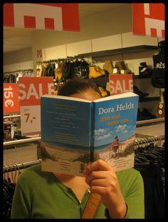 Ich kann nicht aufhören mit ›Jetzt mal unter uns‹ von Dora Heldt!  »Was hat Dora Heldt wohl zu meinem Dilemma ›Bikini oder Einteiler‹ zu sagen? Und was hat es wohl mit dem Geheimnis schwarzer Strickjacken auf sich? Sicher bringt's Dora Heldt auch auf den Punkt, warum wir Frauen so furchtbar gerne Schuhe kaufen, also schnell weiterlesen!«