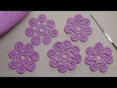 Çeşitli süslemelerde kullanacağınız tırtıklı örgü çiçek yapımı anlatımlı model hazırladık. Tığ işi çiçek motifi nasıl yapılır tüm ayrıntıları ile videoda.