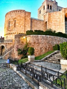 Kruja !! Krujë est une municipalité d'Albanie, connue pour ses paysages et ses maisons médiévales en pierre. Wikipédia