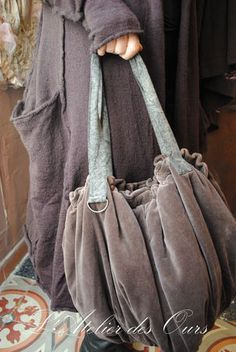 looks like velveteen? The gray-charcoal-pewter-slate.such shades I love and what a great bucket bag. Vetement Hippie Chic, Sacs Tote Bags, Diy Handbag, Handmade Purses, Boho Bags, Beautiful Bags, Bucket Bag, Boho Fashion, Purses And Bags