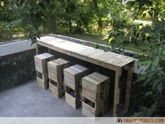 Outdoor pallet bar & stools in outdoor garden. Garden pallets bar and stools made by Pablo Enrique Banuelos, you can find all the steps of this realization on his website Stacked Design.